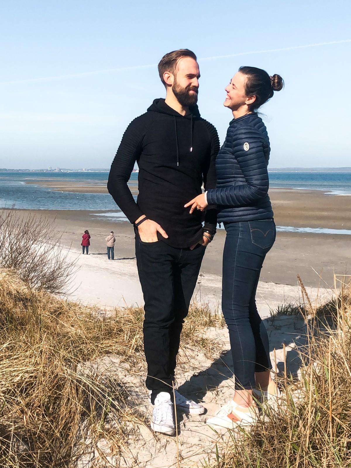 Katinka Tiegs und Jasper Hildebrand am Strand vor Wattenmeer